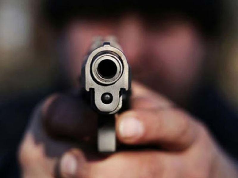 A punta de pistola, le robaron en la parada del colectivo
