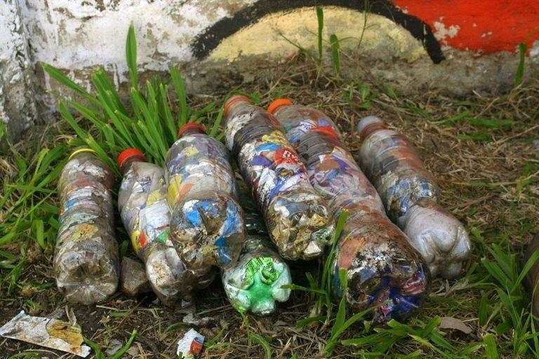 Esta ONG dona muebles hechos con plásticos de un solo uso