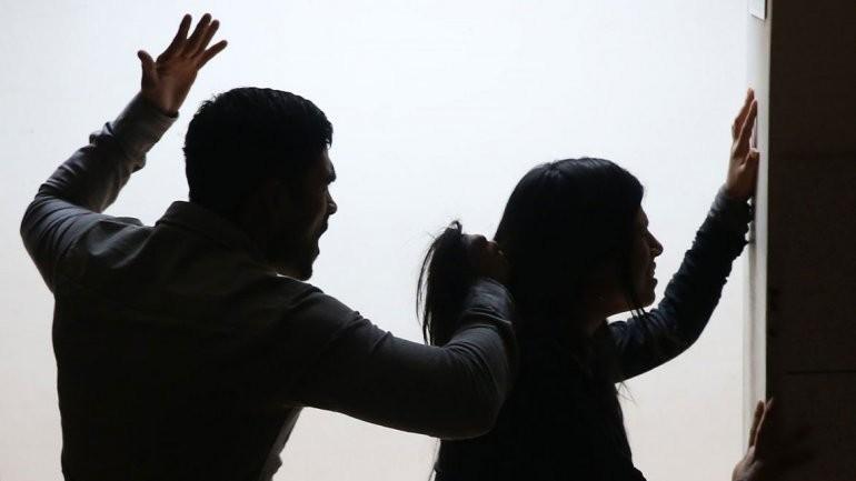 Una mujer fue apuñalada y otra ahorcada por sus parejas