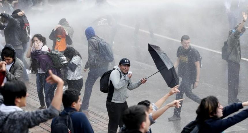 Estudiantes de once universidades protagonizan una violenta protesta