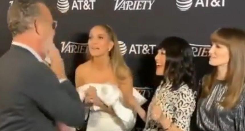 Tom Hanks se limpió la mejilla después de saludar a Jennifer López y lo destrozaron en las redes