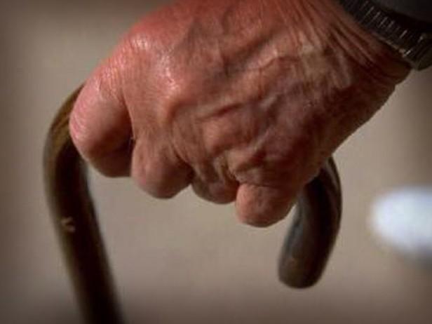Mujer sedujo a un abuelo y le robo su jubilación