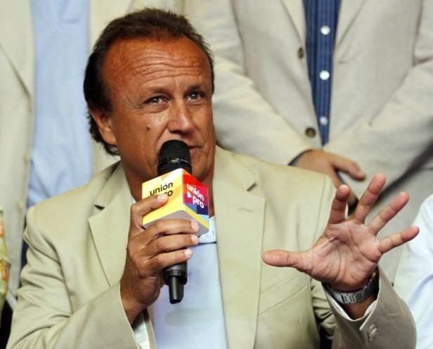 Miguel del Sel junto al concejal electo José Vega visitan vecinos de las 500 viviendas