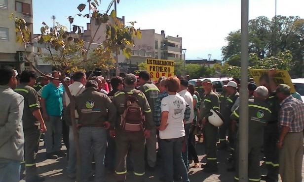 Manifestación de municipales frente a casa de gobierno