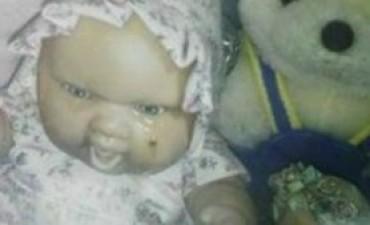 Conmoción en La Rioja por una muñeca que llora sobre la tumba de una nena