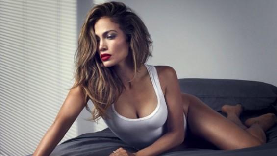 Jennifer Lopez se sumó a la moda de las mallas cavadas