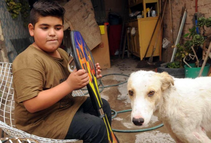 Puso en venta su patineta para salvar a un perrito