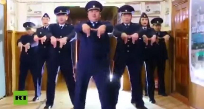 Furor: El baile de los policías rusos para promocionar un concierto que se volvió un éxito