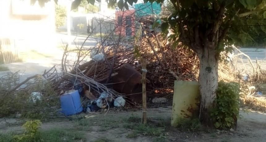 Denuncia a vecinos por la tira de basura y escombros
