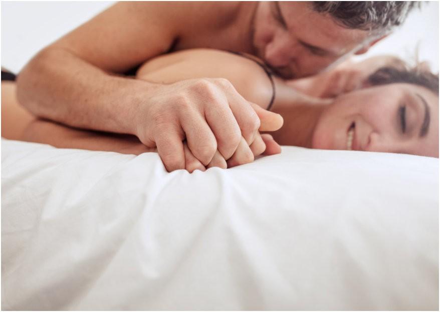 Niebla de amor: la polémica técnica que aumenta el deseo sexual y rejuvenece los genitales