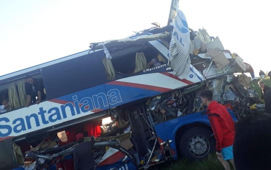 Trágico choque entre un colectivo y un camión: hay cuatro muertos