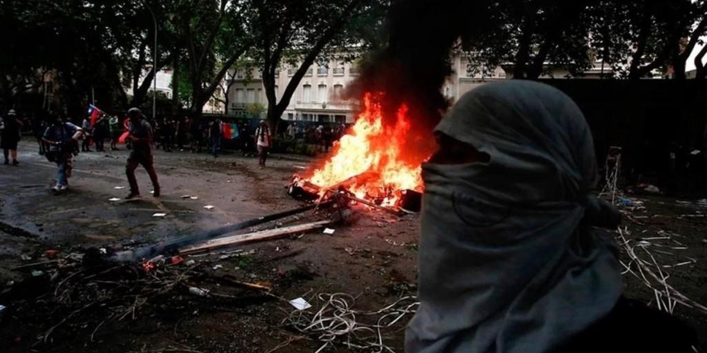 Continúa el caos en Chile: intentaron entrar a la Embajada argentina