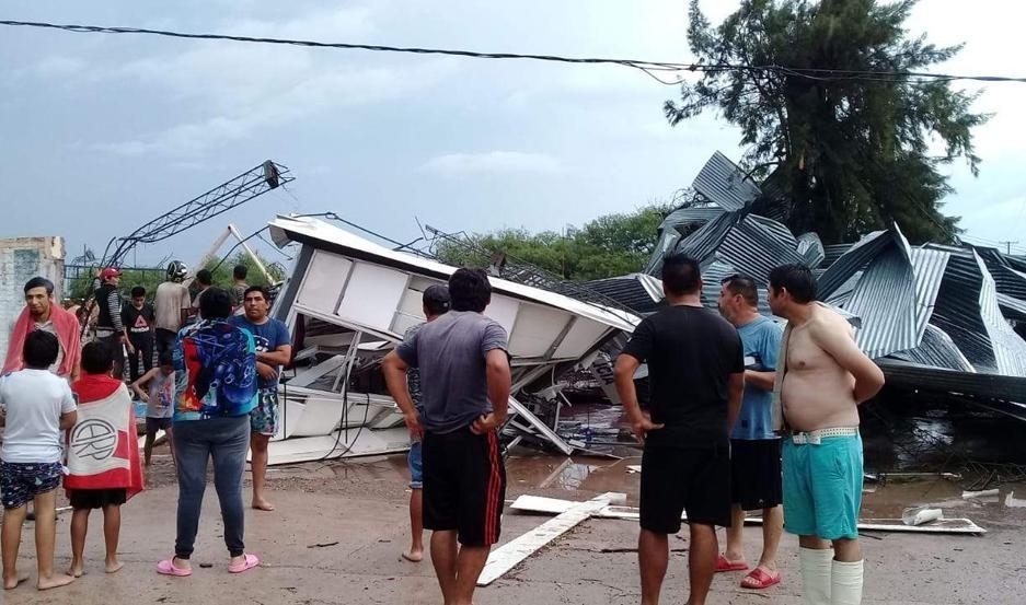 Feroz temporal de lluvia y viento azotó a la Capital y La Banda con graves destrozos