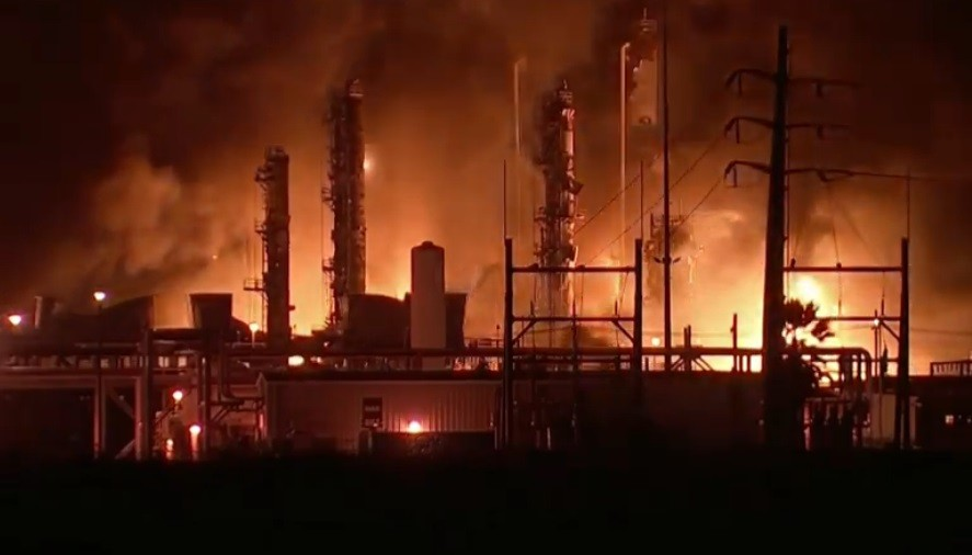 Fuerte explosión e incendio en una planta química en Texas: ordenaron evacuar toda la zona