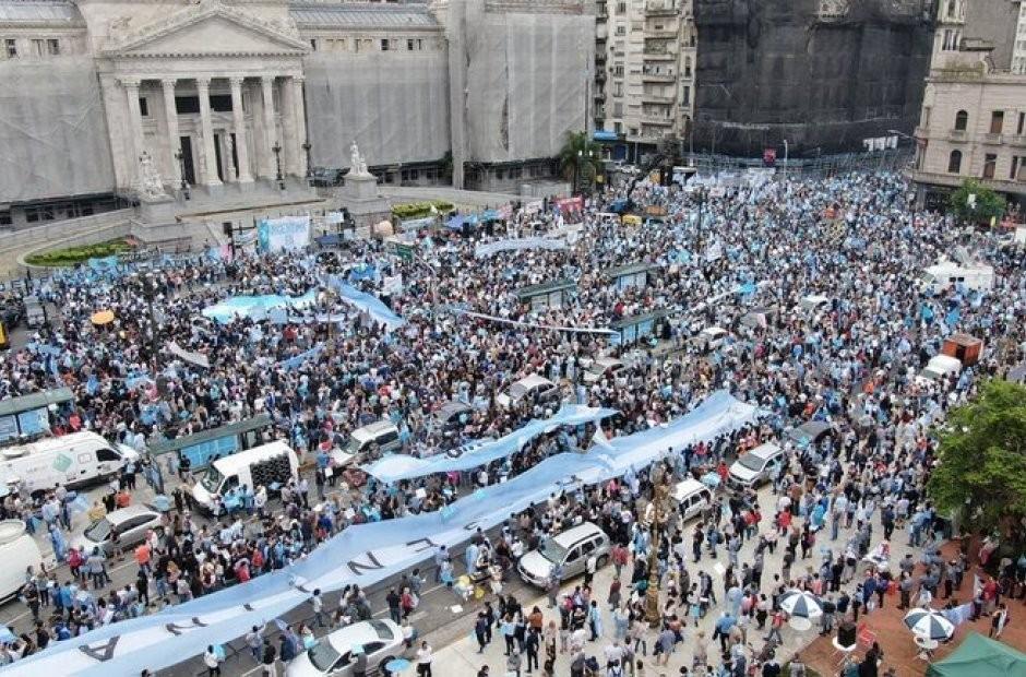 Multitudinaria Movilización frente al Congreso en rechazo a la legalización del aborto