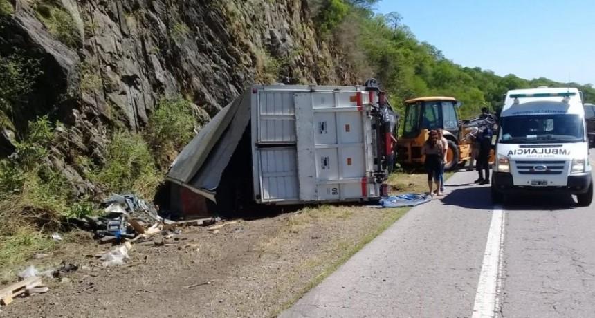 Cuesta del Totoral: un camión volcó y su conductor quedó atrapado en la cabina