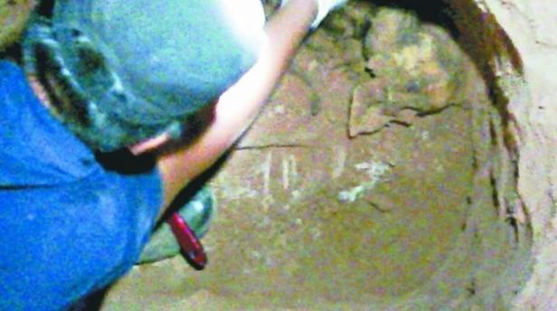 Encuentran restos óseos de una adolescente debajo de la cama de su madre