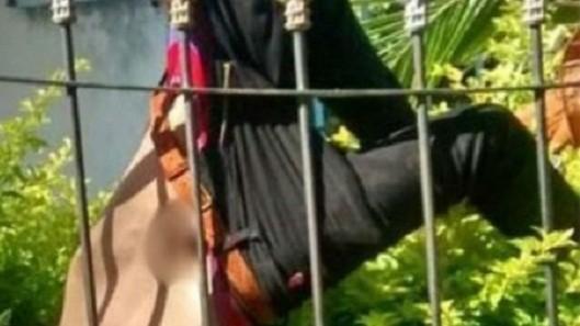 Precoz delincuente quedó atrapado en una reja con su miembro al aire