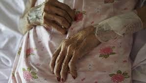 Misterio por una anciana que apareció muerta junto a un consolador