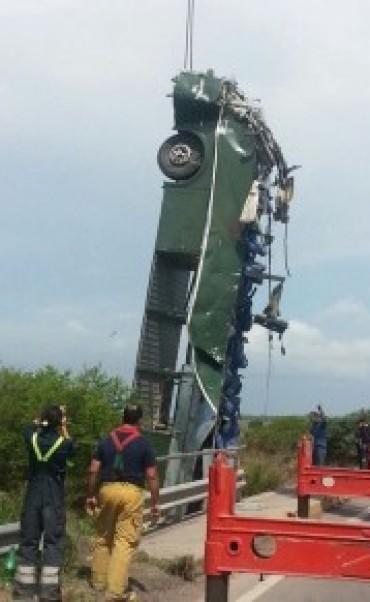 Confirman que la pinchadura de un neumático provocó la caída del colectivo