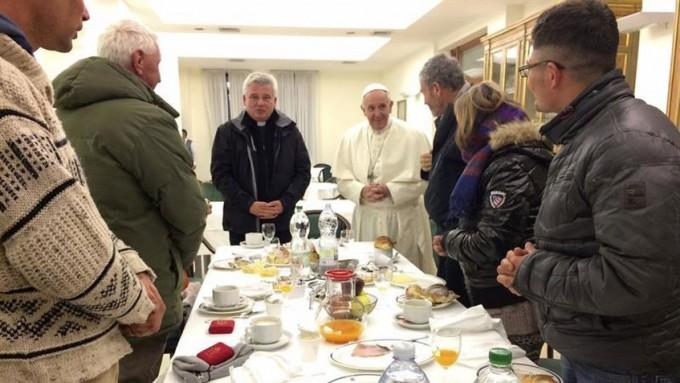 Francisco desayunó con 8 mendigos que lo fueron a saludar por el cumpleaños
