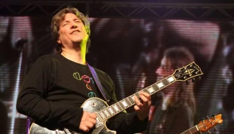 Ya afuera de la cárcel Boudou se calzó la guitarra y le cantó a la libertad