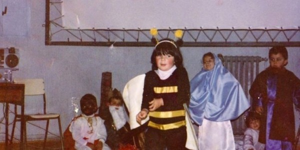 """Su mamá la disfrazó de la """"abeja de Belén"""" en lugar de oveja"""