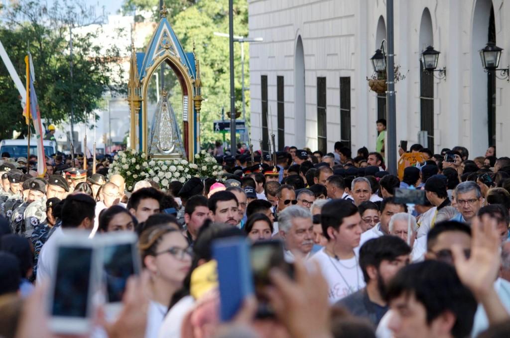 Miles de peregrinos caminaron junto a la morena Virgen del Valle