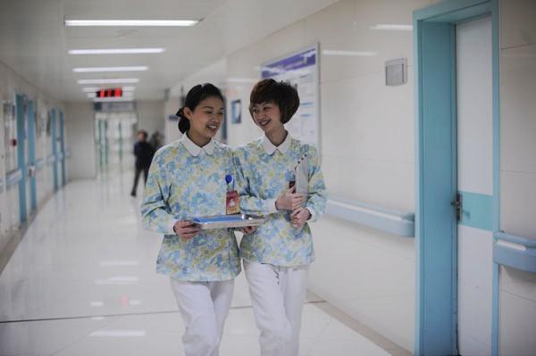 Se disfrazó de enfermera y robó beba del hospital delante de los padres