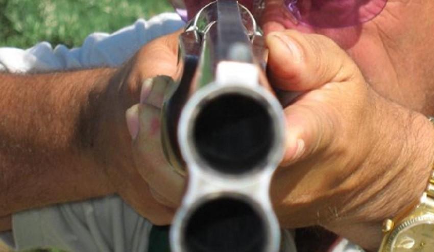 En una discusión, le apuntó en el rostro con una escopeta a su ex y la golpeó