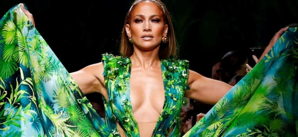 Jennifer Lopez sorprende a sus seguidores con un look navideño deportivo