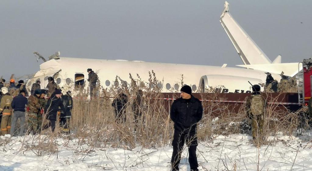 Tragedia aérea en Kazajistán: un avión se estrelló contra una casa y hay 7 muertos