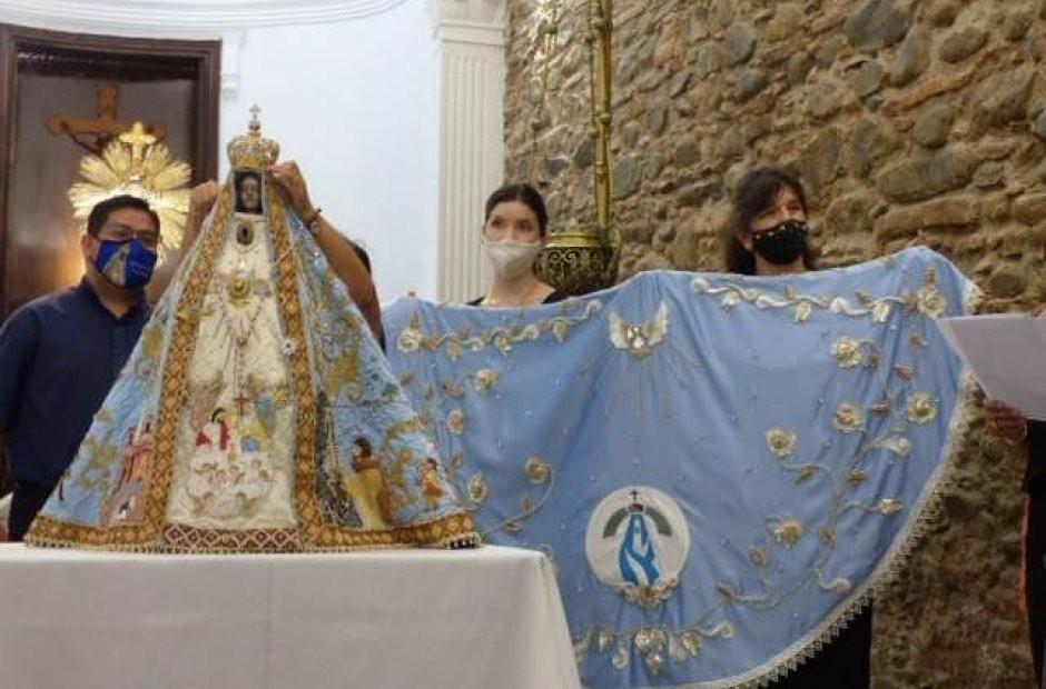 Más de 5.000 personas participaron de la confección del manto de la Virgen